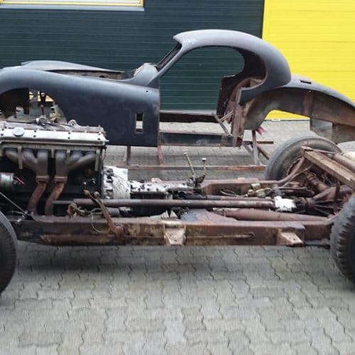 Kamps Classics - Werkstattservice Fahrgestell und Karosserie eines Oldtimers vor Restauration